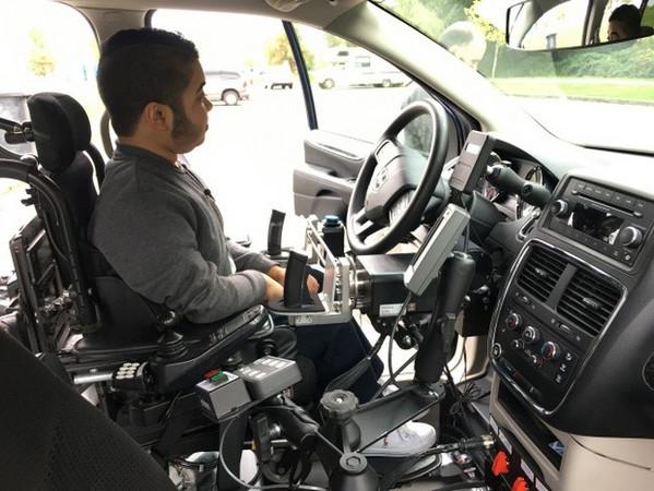 người khuyết tật học lái xe ô tô